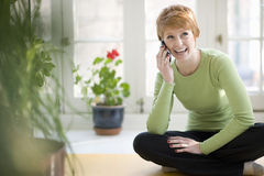 移动电话微笑的妇女 免版税库存照片