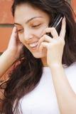 移动电话愉快的联系的白人妇女 免版税库存图片