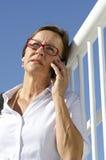 移动电话的纵向女实业家 免版税库存照片