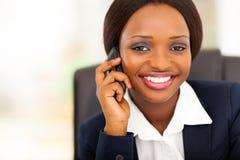 移动电话的非洲女实业家 免版税库存图片