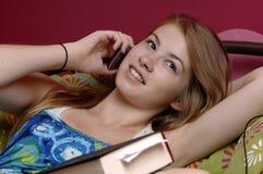 移动电话联系青少年 库存图片