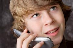 移动电话联系青少年 图库摄影