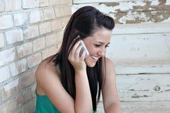 移动电话联系青少年 免版税库存照片