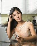 移动电话藏品膝上型计算机妇女年轻&# 免版税库存图片