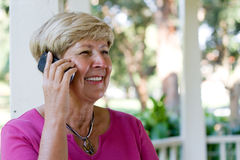 移动电话年长的人妇女 免版税库存图片