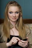 移动电话texting的妇女年轻人 免版税库存照片