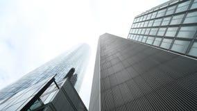 移动的云彩Timelapse在摩天大楼的 股票视频