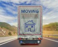 移动的卡车运输集装箱后面看法在高方式路的 库存照片