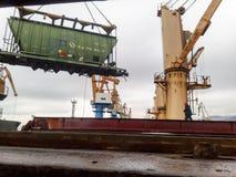 移动的在口岸的货物火车由口岸起重机 货物举的操作 行业端口 免版税库存照片