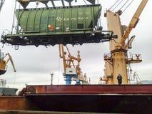 移动的在口岸的货物火车由口岸起重机 货物举的操作 行业端口 库存图片