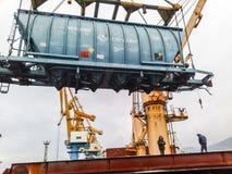 移动的在口岸的货物火车由口岸起重机 货物举的操作 行业端口 库存照片