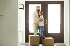 移动的天概念,拥抱在新的h的激动的夫妇房主 免版税库存图片