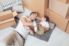 移动的搬到一个新的家的概念、父亲和儿子 免版税库存照片