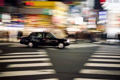 移动的汽车在东京在晚上期间在新宿 库存照片