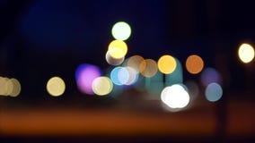 移动的汽车Defocused光  夜交通在有被弄脏的行动的城市 bokeh作用 轻汽车bokeh移动 股票视频