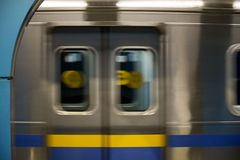 移动的火车在地铁,阿尔玛蒂,哈萨克斯坦 免版税库存图片