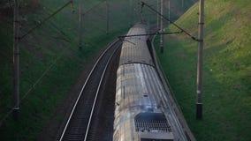 移动的火车的鸟瞰图 股票视频