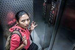 移动的电梯的震惊妇女 免版税库存图片