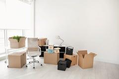 移动的箱子和家具在办公室 免版税库存图片