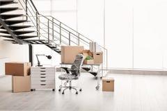 移动的箱子和家具 免版税库存照片