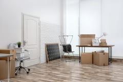移动的箱子和家具 图库摄影