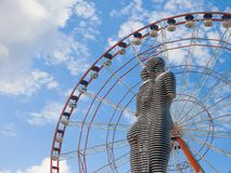 移动的金属雕塑阿里和Nino,巴统,乔治亚 库存照片