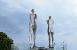移动的雕塑阿里和尼诺在黑海的堤防的巴统 库存图片