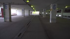 移动空的停车处的POV在购物中心 影视素材