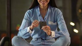 移动网络购物应用,银行业务的满意的微笑的女性顾客 股票录像