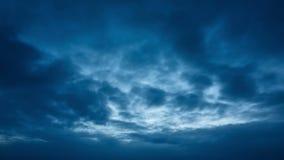 移动蓝天的美丽的云彩在秋天晚上
