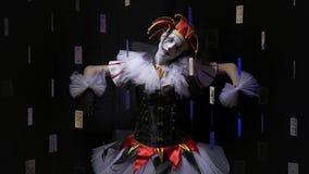 移动象木偶女性供人潮笑者在与漂浮的黑暗站立在空气卡片在她附近 股票视频