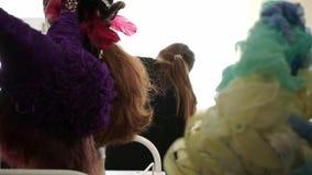 移动通过不同的五颜六色的假发的照相机射击 股票录像