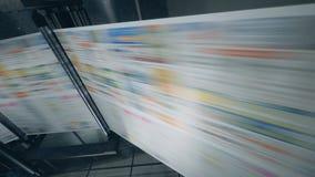 移动通过机器的打印的纸 打印报纸在印刷术 影视素材