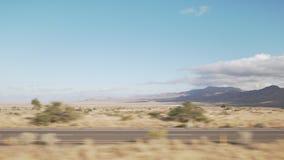 移动通过汽车的沙漠的拨盘侧视图有行动迷离的 库存图片