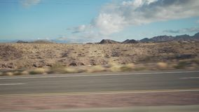 移动通过汽车的沙漠的拨盘侧视图有行动迷离的 免版税图库摄影
