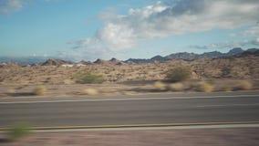 移动通过汽车的沙漠的拨盘侧视图有行动迷离的 免版税库存图片