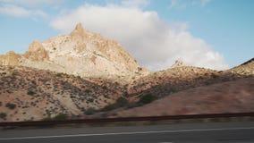 移动通过汽车的沙漠的拨盘侧视图有行动迷离的 库存照片