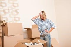移动配件箱的房子打开妇女年轻人 库存照片