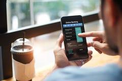 移动银行业务 使用网路银行技术的人 免版税图库摄影