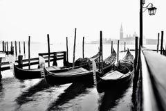 移动长平底船在威尼斯 库存图片