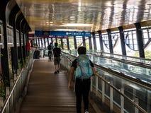 移动隧道的人们在新加坡 库存照片