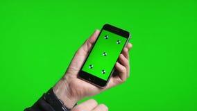 移动页的人的手使用有绿色屏幕的电话 股票录像