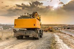 移动高速公路的建筑的卡车和挖掘机地球 免版税库存照片