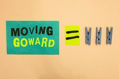 移动Goward的手写文本 往点移动的概念意思在进一步去前面先遣进展绿松石纸remin 免版税库存照片