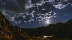 移动Timelapse银河和月出在Charyn峡谷的4k影片和星在哈萨克斯坦东南部与 股票录像