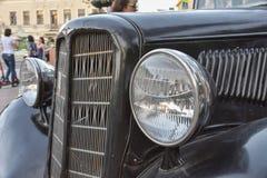 稀有黑色汽车的车灯 免版税库存照片