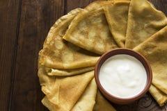 稀薄的乌克兰人绉纱和酸奶油在陶器盘在d 免版税库存图片