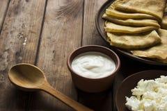 稀薄的乌克兰绉纱、酸奶干酪和酸奶油在crocke 免版税库存图片