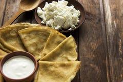 稀薄的乌克兰绉纱、酸奶干酪和酸奶油在crocke 免版税库存照片