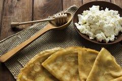 稀薄的乌克兰绉纱、酸奶干酪在陶器盘和a 免版税库存图片